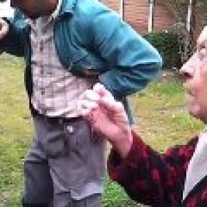 Video mamie ne veut pas de trous dans son jardin enorme - Mamie baise dans le jardin ...