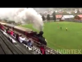Un train traverse le stade en plein match de foot !